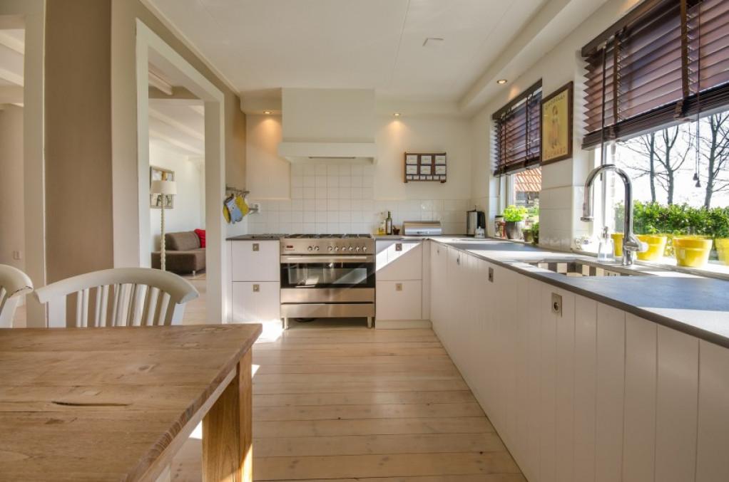 Indret køkkenet eller stuen med det perfekte spisebord